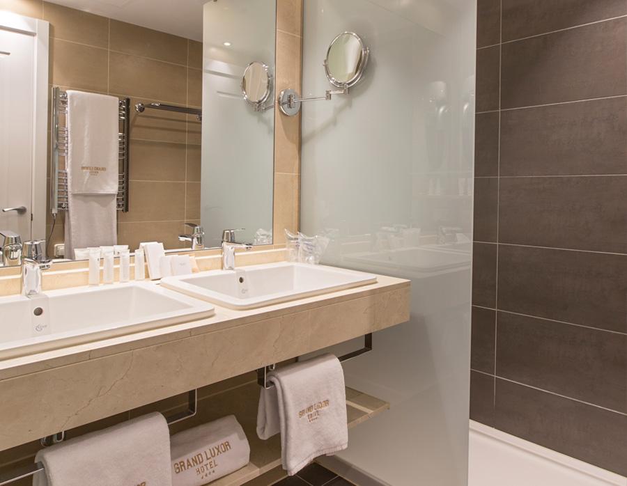 grand-luxor-hotel-superior-aseo-ducha