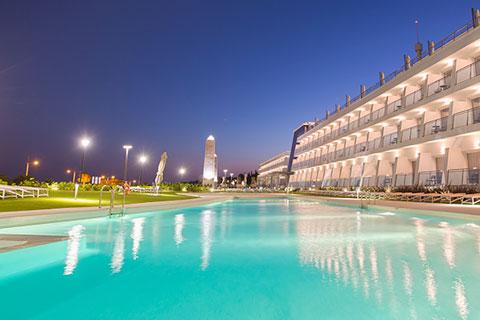 piscina-grand-luxor-hotel-noche